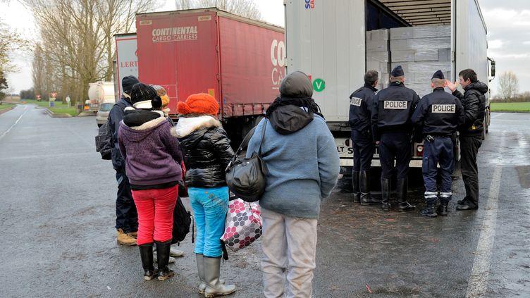 Des migrants découverts à bord d'un camion sur une aire d'autoroute de l'A25 près de Steenvoorde, dans le Nord le 27 novembre 2012. (PHILIPPE HUGUEN / AFP)
