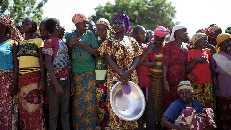 Distribution alimentaire dans le village de Makunzi Wali, en Centrafrique (avril 2017). (REUTERS/Baz Ratner )