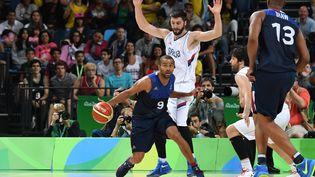 Tony Parker lors du match de la France contre la Serbie lors des matchs de poule aux Jeux olympiques de Rio, le 10 août 2016. (MARK RALSTON / AFP)