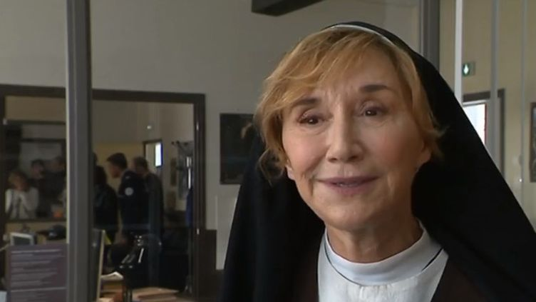 """""""Meurtre à Lisieux"""" se tourne en ce moment dans le pays d'Auge avec, dans le rôle principal, Marie-Anne Chazel en religieuse. (FRANCE 3)"""