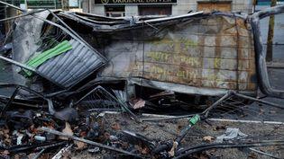 """Un véhicule incendié dans les rues deParis, au lendemain de la mobilisation des """"gilets jaunes"""", le 2 décembre 2018. (GEOFFROY VAN DER HASSELT / AFP)"""