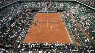 Rencontre sur le court Philippe Chartier entre les français Lucas Pouille et Julien Benneteau au tournoi Roland Garros 2017, le 28 mai 2017 à Paris. Rencontre remportée par Lucas Pouille en cinq sets 7-6[6], 3-6, 4-6, 6-3, 6-4. (LIONEL BONAVENTURE / AFP)