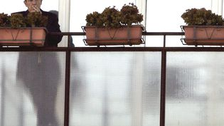 Le porte-parole du Vatican, Joaquin Navarro-Valls, fume une cigarette le 10 février 2015 à Rome (Italie). (ALESSANDRO BIANCHI / REUTERS)