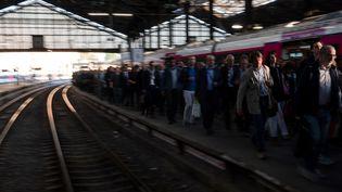 Les usagers sur un quai de la gare Saint-Lazare à Paris, lors de la grève d'avril 2018. (CHRISTOPHE SIMON / AFP)
