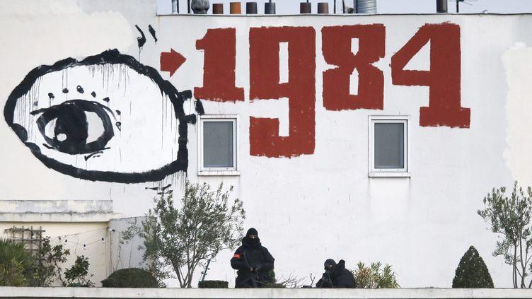1984, publié en 1949, en graffiti sur le toit d'un immeuble à Paris pendant une manifestation (ETIENNE LAURENT / MAXPPP)