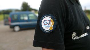 Un gendarme avec un écusson du G7 organisé à Biarritz en août 2019. (IROZ GAIZKA / AFP)