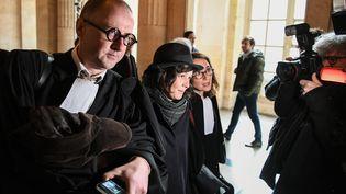 Les avocats MeTymoczko et Me Dose, ainsi queYldune Levy, ex-membre du groupe de Tarnac, arrivent au palais de justice de Paris, le 13 mars 2018. (ALAIN JOCARD / AFP)