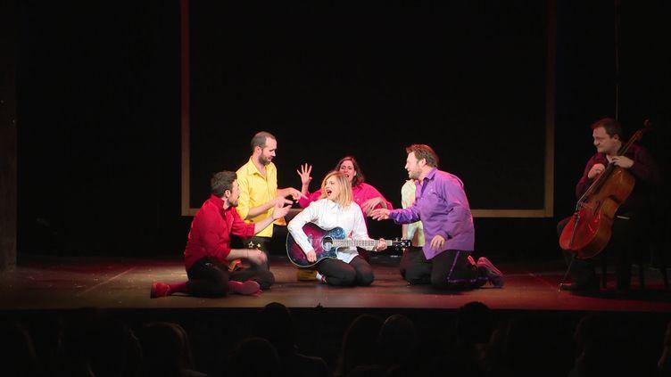 Les comédiens de Colors avec la chanteuse Amandine Bourgeois, invitée ce jour-là (©F. Castaingts / France Télévisions)