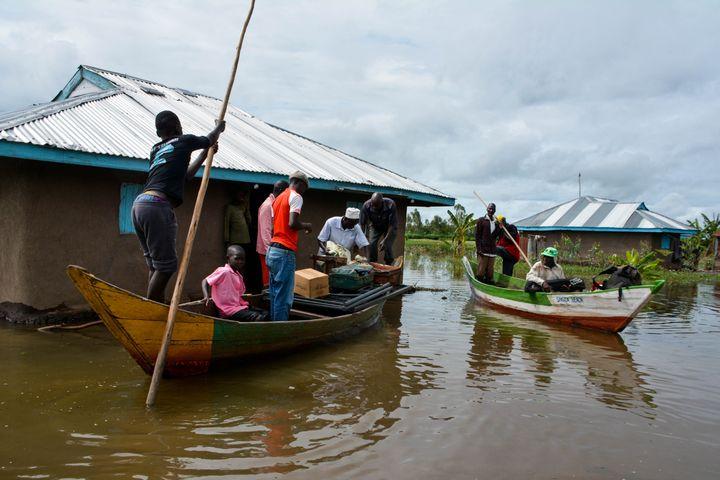 Des pirogues évacuent les habitants dans la région de Kisumu, au Kenya, le 3 décembre 2019. Au moins 210 familles ont été déplacées. (CASMIR ODUOR / AFP)