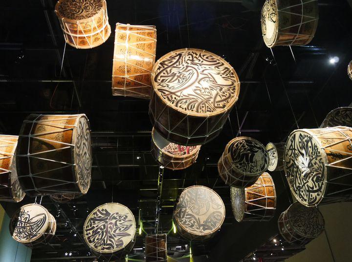 Nja Mahdaoui : Douroub, installation de 20 tambours, techniques mixtes sur peau et bois, 2015 Galerie Elmarsa, Tunis, Tunisie/Dubaï, Émirats arabes unis  (Annie Yanbékian / Culturebox)