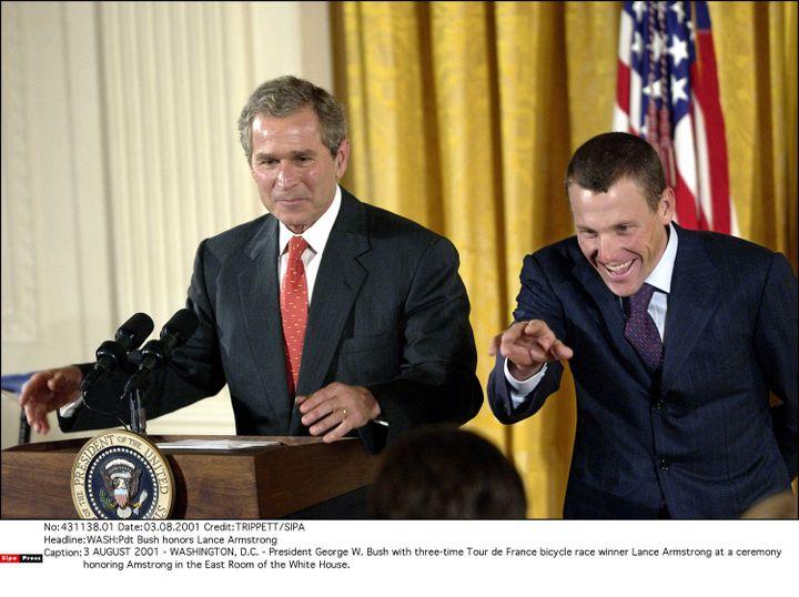 Lance Armstrong reçu à la Maison Blanche après sa troisième victoire sur le Tour de France, le 3 août 2001. (TRIPPETT / SIPA)