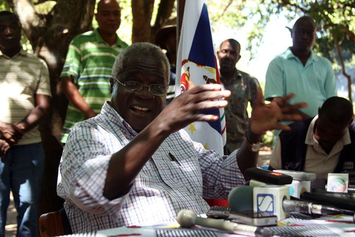 Le leader de la Renamo, Afonso Dhlakama, au cours d'une conférence de presse dans les montagnes de Gorongosa (centre du pays), le 10 avril 2013. L'ancien chef rebelle mozambicain a refusé de reconnaître sa défaite à la présidentielle de 2014. Il menace de reprendre la guerre civile. (Photo AFP/Jinty Jackson)
