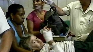 Capture d'écran de la télé cubaine : une des touristes françaises, blessées dans l'accident de car à Cuba, reçoit les premiers soins, le 1er décembre 2014, dans un hôpital de Cienfuegos. (CAPTURE ECRAN / CUBANTV)