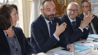 Le Premier ministre Edouard Philippe (au centre), entouré de la ministre de la Santé Agnès Buzyn (à gauche) et du secrétaire d'Etat chargé des Retraites Laurent Pietraszewski (à droite), lors d'une réunion avec les dirigeants syndicaux à Matignon à Paris, le 10 janvier 2020. (CHARLES PLATIAU / POOL / AFP)