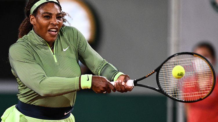 Serena Williams, à l'occasion du 1er tour de Roland-Garros, lundi 31 mai 2021. (ANNE-CHRISTINE POUJOULAT / AFP)
