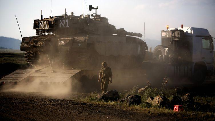 Un tank israélien positionné sur le plateau du Golan, près de la frontière syrienne, dimanche 5 mai 2013. (MENAHEM KAHANA / AFP)