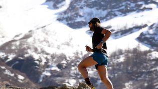 L'Américain Anton Krupicka, une des légendes vivantes de l'ultra-trail, s'entraîne sur les pentes du Mont-Blanc. (JEAN-PIERRE CLATOT / AFP)