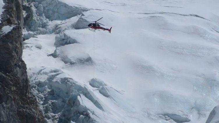 Le 18 avril 2014, un hélicoptère népalais transporte des alpinistes blessés à la suite d'une avalanche, qui a tué 16 sherpas sur l'Everest. (AFP PHOTO / ROBERT KAY)