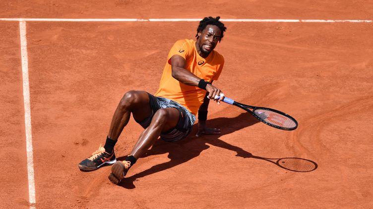 Gaël Monfils à terre sur le Central de Roland-Garros (MUSTAFA YALCIN / ANADOLU AGENCY)