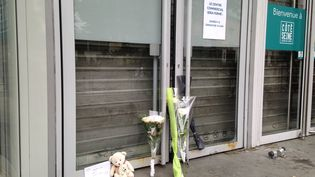Des fleurs déposés devant le centre commercial d'Argenteuil, en hommage à l'enfant de 5 ans décédé (Thomas Schonheere / RADIOFRANCE)
