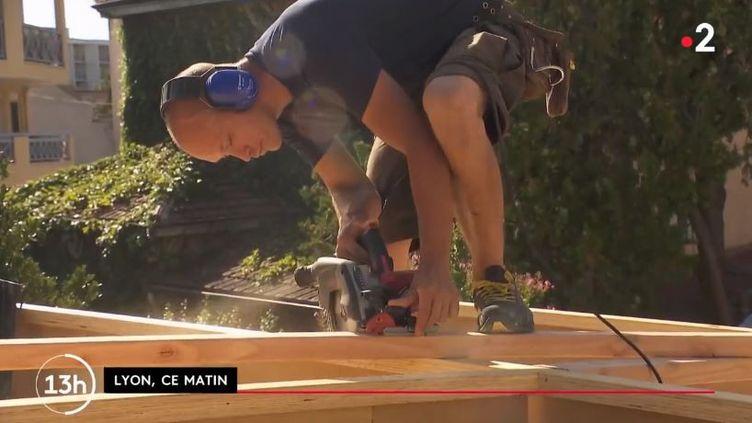 Un charpentier à Lyon sous la canicule, août 2020. (FRANCE 2)