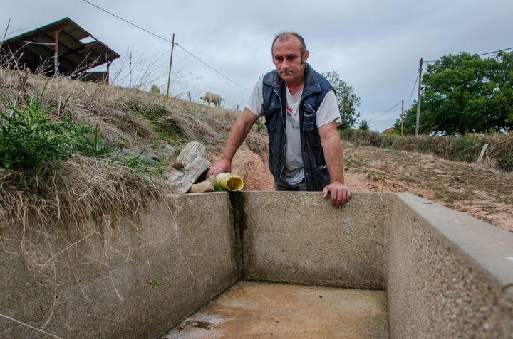 L'éleveur Luc Jeannin devant une source à sec, le 2 octobre 2018 à Saint-Eugène (Saône-et-Loire). (THOMAS BAÏETTO / FRANCEINFO)