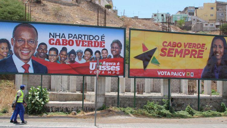 Des passants devant les affiches des principaux candidats aux législatives le 20 mars 2016 à Praia, la capitale du Cap-Vert (REUTERS/Julio Rodrigues )