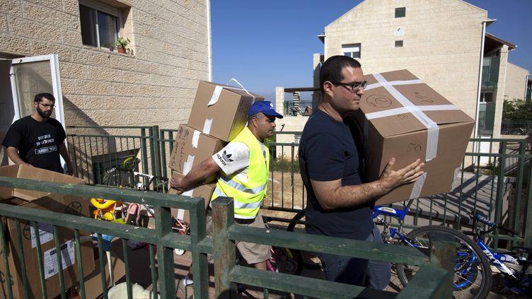 Un colon israélien évacue sa maison à Beit El, en Cisjordanie, en juin 2012. (MENAHEM KAHANA / AFP)