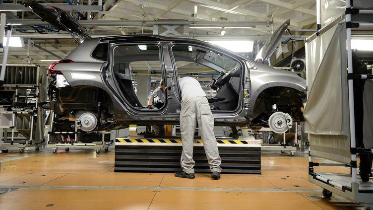 Un employé du constructeur automobile PSA travaillant sur la Peugeot 3008, dans une usine à Mulhouse, en octobre 2017. (SEBASTIEN BOZON / AFP)