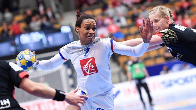 Allison Pineau en phase offensive avec l'équipe de France