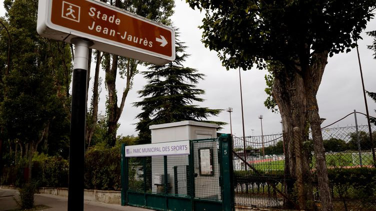 L'entrée du stade Jean-Jaurès aux Lilas (Seine-Saint-Denis), où un adolescent de 15 ans a été mortellement poignardé, le 4 octobre 2019. (THOMAS SAMSON / AFP)