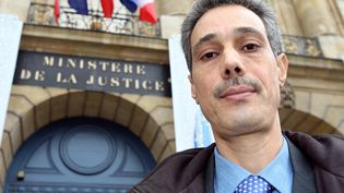 Omar Raddad pose devant le ministère de la Justice à Paris, le 1er ddécembre 2008. (MEHDI FEDOUACH / AFP)