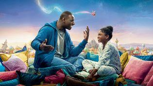 """""""Le Prince oublié"""", nouveau film du réalisateur français Michel Hazanavicius, sort mercredi 12 février en salles. Omar Sy y joue un père veuf qui, tous les soirs à l'heure de se coucher,plongesa fille dans un monde fait de rêves et d'histoires. (Pathé Distribution)"""
