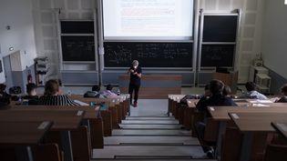 Un cours de chimie en amphithéâtre en jauge réduite à l'université de Toulouse le 25 mai 2021. (THOMAS BARON / HANS LUCAS)