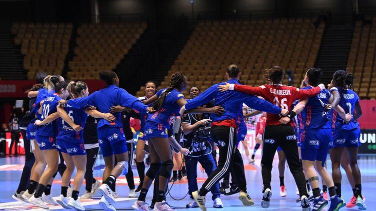 Les handballeuses françaises dansent leur joie d'avoir remporter la demi-finale de l'Euro 2020, 30-19, face à la Croatie, le 18 décembre 2020. (JONATHAN NACKSTRAND / AFP)