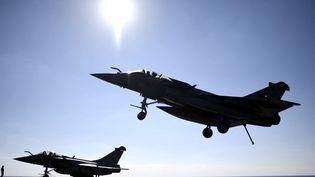 Des Rafale français sur leporte-avions Charles-de-Gaulle, en Méditerranée, le 9 décembre 2016. (STEPHANE DE SAKUTIN / POOL / AFP)
