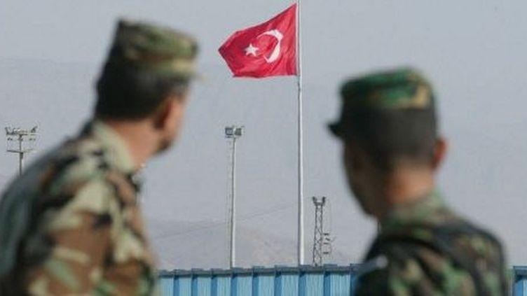 Drapeau turc à une frontière de Turquie. (AHMAD AL-RUBAYE / AFP)