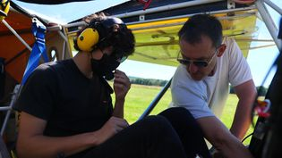 Fayçal et Patrick l'instructeur font les dernières vérifications avant l'envol. (France 3 Rouen)