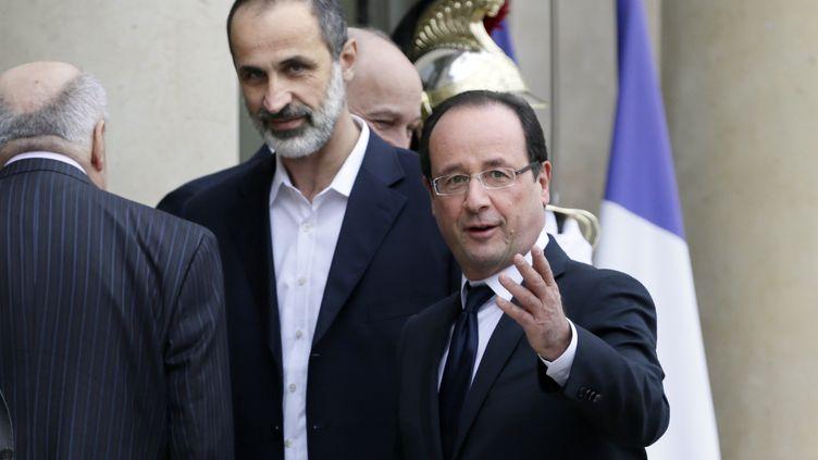François Hollande etAhmed Moaz al-Khatib, le chef de la nouvelle Coalition de l'opposition syrienne, le 17 novembre 2012 à l'Elysée. (KENZO TRIBOUILLARD / AFP)