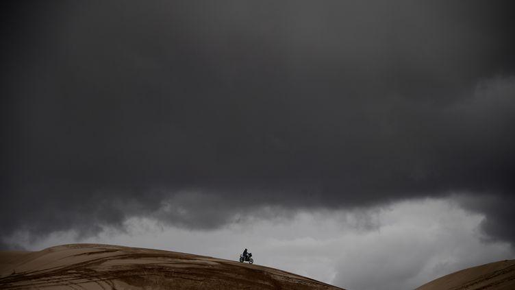 Ciel bas et conditions extrêmes sur le parcours du Dakar (FRANCK FIFE / AFP)