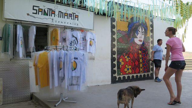 (Dan cette boutique, on compte toujours sur les retombées du clip de Michael Jackson tourné en 1996 dans la favela © Radio France / Nicolas Mathias)