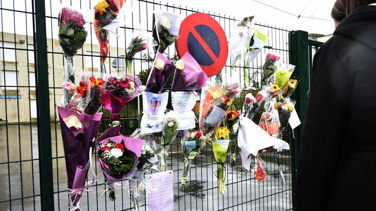 Des fleurs déposées en mémoire de l'enseignant, décédé à cause du coronavirus, au collège La Fontaine de Crépy-en-Valois (Oise). (FRANCOIS LO PRESTI / AFP)