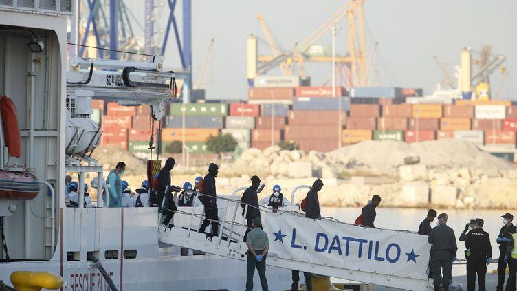 Les premiers migrants sont arrivés en Espagne, au port de Valence (PAU BARRENA / AFP)