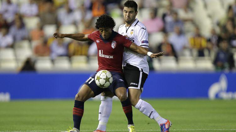 David Rozenhal (Lille) au duel face à Diego Milito (Inter Milan)