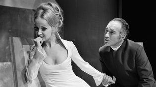 """Daniele Lebrun et Michel Piccoli répètent une scène du """"Misanthrope"""" de Molière, le 27 septembre 1969, au Théâtre de la Ville, à Paris. (STRINGER / AFP)"""
