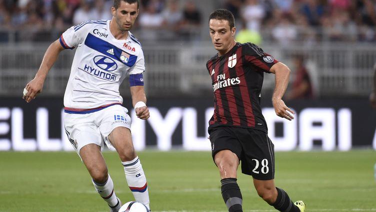 Le Lyonnais Gonalons face au Milanais Bonaventura (PHILIPPE DESMAZES / AFP)