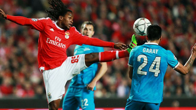 Renato Sanches (Benfica) lutte pour le ballon avec Ezequiel Garay (Zenith)
