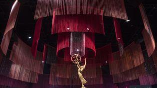 Une des convoitées statuettes des Emmy Awards, l'équivalent des Oscars pour la télévision américaine. (MARK RALSTON / AFP)