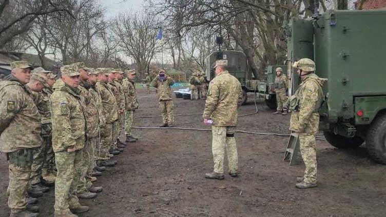 Des soldats ukrainiens sont réunis près de la frontière avec la Russie, dans le Donbass, le 14 avril 2021. (ARMED FORCES OF UKRAINE / ANADOLU AGENCY / AFP)