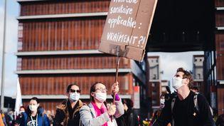 Des enseignants manifestent contre le protocole sanitaire, jugé insuffisant, le 10 novembre 2020 à Toulouse. (Lilian Cazabet / Hans Lucas / Hans Lucas via AFP)